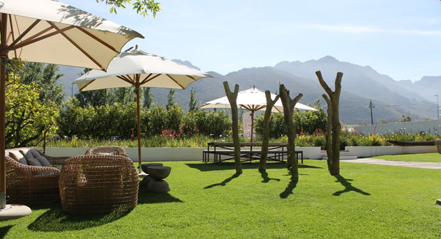 The front lawn welcomes those coming for a wine tasting. Photo courtesy of the restaurant.