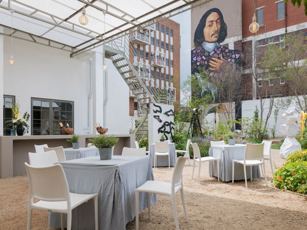 Review african tea and rose gold splendour at yswara tea for Living room jozi