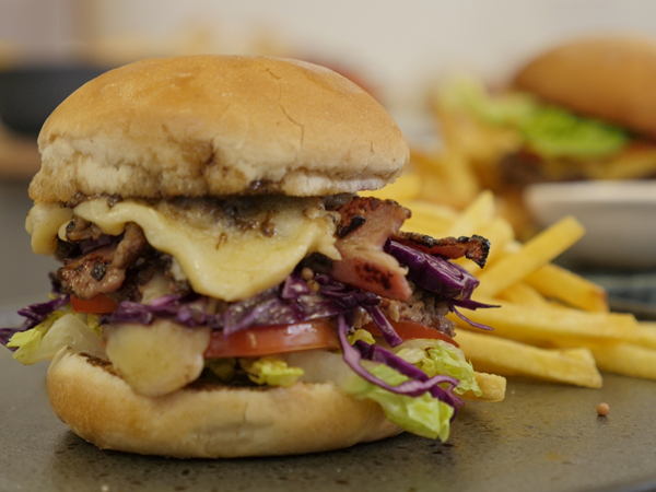 Watch: Who makes the best burgers? Gregory Czarnecki vs Peter Tempelhoff