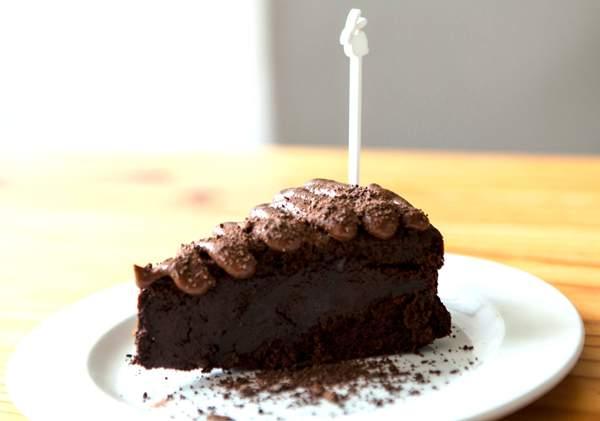 The mysterious Deep Dark Moist Chocolate Cake at Freefood